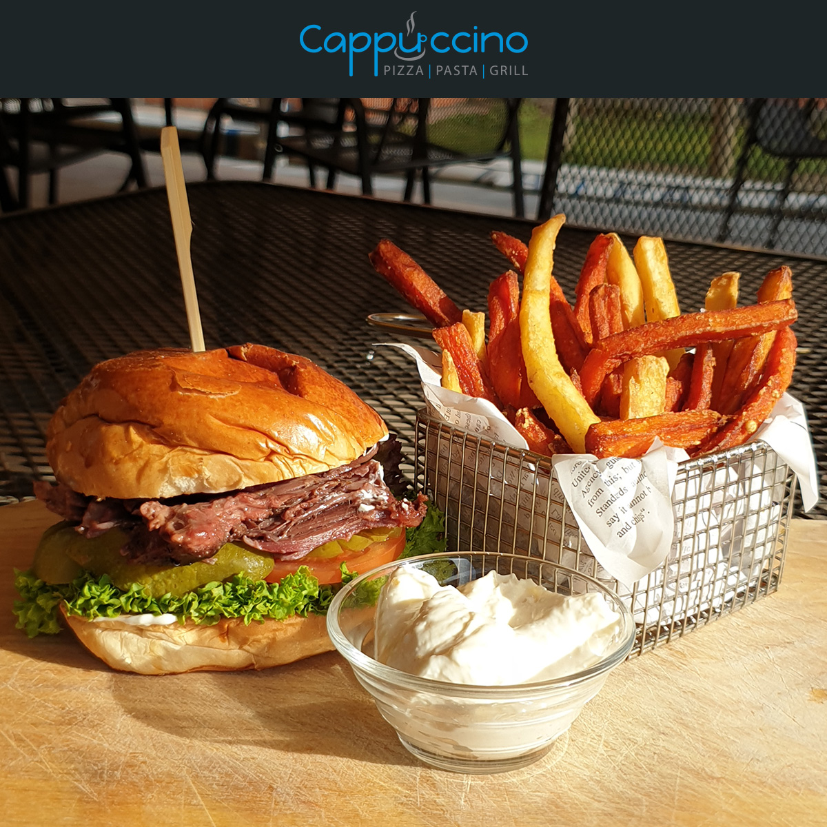 Burger s trhaným hovězím masem, česnekovou majonézou, zeleninové hranolky 195,-Kč